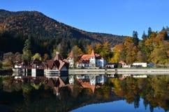 Vue gentille d'une belle maison de lac en automne Image libre de droits