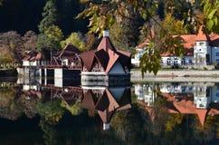Vue gentille d'une belle maison de lac en automne Photographie stock