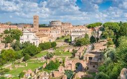 Vue gentille dans Roman Forum, avec la basilique de Santa Francesca Romana, de Colosseum et de Titus Arch Beaux vieux hublots à R photographie stock libre de droits