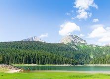 Vue gentille de lac et de montagnes bleus Photos stock