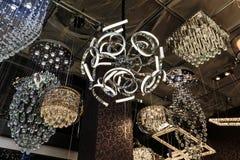 Vue gentille de plan rapproché de divers beaux, de luxe plafonniers décoratifs intérieurs élégants sur le fond foncé Photo stock