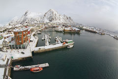 Vue grande-angulaire au port de Svolvaer, Norvège Image stock