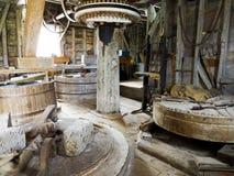 Vue grande-angulaire d'un chantier interne d'un moulin à vent de farine Image stock