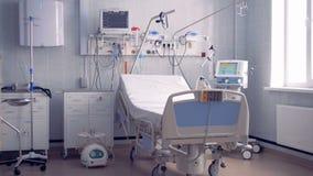 Vue grande-angulaire d'une salle d'hôpital plein-équipée avec un lit simple clips vidéos