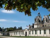 Vue grande-angulaire de l'entrée de Chambord de château avec le drapeau français photos stock
