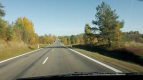 Vue grande-angulaire de la route de campagne de la fenêtre avant de la voiture tout en conduisant Déplacement par la campagne des banque de vidéos