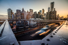 Vue grande-angulaire de Manhattan du pont de Brooklyn pendant le coucher du soleil Photo stock