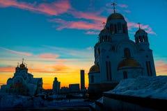 Vue grande-angulaire de monument et d'église soviétiques à Iekaterinbourg au coucher du soleil images libres de droits