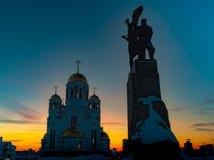 Vue grande-angulaire de monument et d'église soviétiques à Iekaterinbourg au coucher du soleil images stock