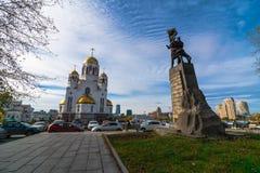 Vue grande-angulaire de monument et d'église soviétiques de tous les saints à Iekaterinbourg images libres de droits