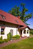 Vue grande-angulaire de résidence rurale en Pologne images stock