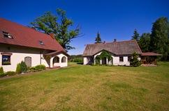 Vue grande-angulaire de résidence rurale en Pologne photographie stock libre de droits