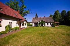 Vue grande-angulaire de résidence rurale en Pologne photo stock