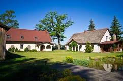Vue grande-angulaire de résidence rurale en Pologne image libre de droits
