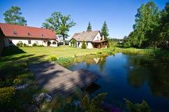 Vue grande-angulaire de résidence rurale en Pologne photos stock