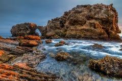 Vue grande-angulaire de roche de saut dans Corona del Mar, la Californie Photographie stock libre de droits