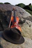 Vue grande-angulaire du mensonge de chapeau de violon et de cowboy   image libre de droits