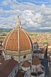 Vue grande-angulaire sur un dôme de cathédrale de Santa Maria del Fiore à Florence Images stock