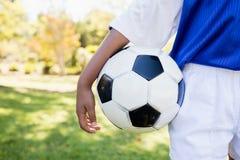 Vue haute étroite d'extrémité des enfants tenant le ballon tout en se tenant photographie stock libre de droits