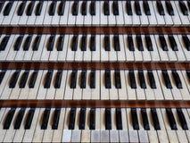 Vue haute étroite d'un organe de tuyau d'église avec quatre claviers images libres de droits