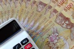 Vue haute étroite de billet de banque du Brunei Darussalam Argent avec la calculatrice Dollar images libres de droits
