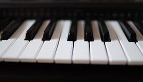 Vue haute étroite de clavier de piano électrique photos stock