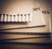 Vue haute étroite de feuilles de carton ondulé Photos stock