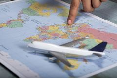 Vue haute étroite de l'homme ou de la femme se dirigeant aux endroits sur la carte du monde photos libres de droits