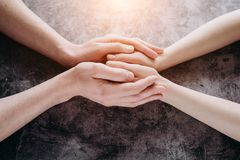 Vue haute étroite des couples tenant des mains, femme de soutien de soin affectueuse d'homme, donnant l'appui psychologique photos stock