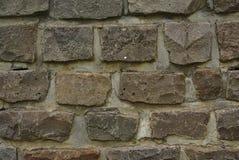 Vue haute étroite des murs de pavé rond dans la couleur grise photo stock