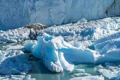 Vue haute étroite du burg bleu de glace floting dans le lac bleu d'aqua au glacier de Perito Moreno en parc national de visibilit photo libre de droits