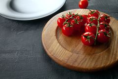 Vue haute étroite sur les tomates-cerises fraîches pour l'usage en tant que cuisson des ingrédients pour des ravioli image stock