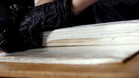 Vue haute ?troite de chef dans les gants ? cuire noirs roulant des sushi avec le makisu, pr?paration alimentaire japonaise Vue Fe photos libres de droits
