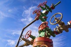 Vue horizontale d'une t?te de puits avec l'armature de valve Concept de p?trole et d'industrie du gaz Fond industriel de site ton photos libres de droits