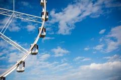 Vue horizontale de Ferris Wheel blanc sur le ciel partiellement nuageux Photos stock