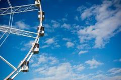 Vue horizontale de Ferris Wheel blanc sur le ciel partiellement nuageux Photographie stock