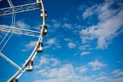 Vue horizontale de Ferris Wheel blanc sur le ciel partiellement nuageux Image stock