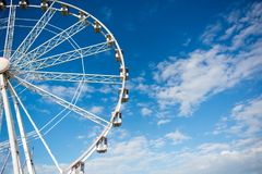 Vue horizontale de Ferris Wheel blanc sur le ciel partiellement nuageux Photo libre de droits