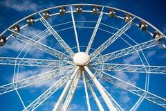 Vue horizontale de Ferris Wheel blanc sur le ciel partiellement nuageux Images stock