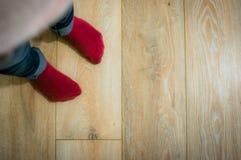 Vue horizontale de perspective des pieds du ` un s d'enfant avec rouge, rose, purp photo stock
