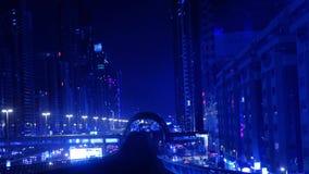Vue hors de fenêtre avant de voiture de souterrain de train d'au sol de Dubaï banque de vidéos