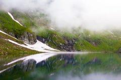 Vue idyllique avec la neige sur le lac Balea images libres de droits