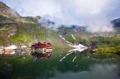 Vue idyllique avec le cottage typique sur le rivage de lac Balea à Fagaras image stock