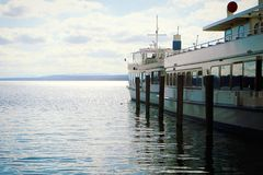 Vue idyllique de lac Ammersee avec des bateaux de passager Image stock