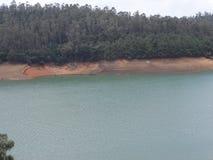 Vue impressionnante de lac avec le fond de forêt qui est bon Images stock