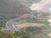Vue impressionnante de route avec la plage de mer des collines Images stock