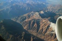 Vue impressionnante des gammes de montagne vues de l'avion Photo libre de droits