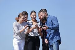 Vue inférieure équipe d'amis regardant l'appareil-photo Image stock