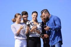 Vue inférieure équipe d'amis regardant l'appareil-photo Images stock