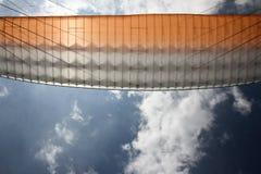Vue inférieure d'aile de parapentiste Photographie stock libre de droits